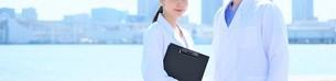 日本人男性、女性医師の写真素材 [FYI04614744]