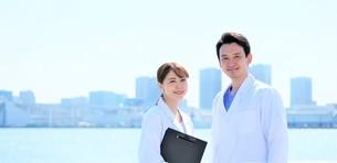 日本人男性、女性医師の写真素材 [FYI04614745]