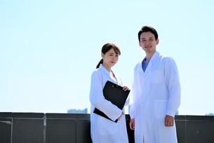 日本人男性、女性医師の写真素材 [FYI04614748]