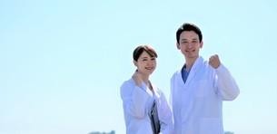 日本人男性、女性医師の写真素材 [FYI04614752]