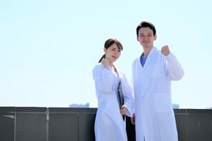 日本人男性、女性医師の写真素材 [FYI04614753]