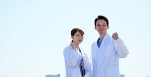 日本人男性、女性医師の写真素材 [FYI04614755]