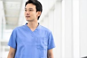 日本人男性医師の写真素材 [FYI04614777]