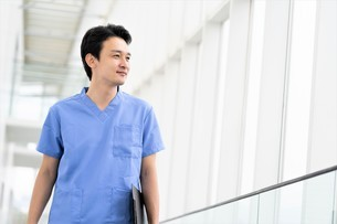 日本人男性医師の写真素材 [FYI04614779]