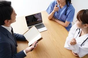 女性医師と男性MRの写真素材 [FYI04614813]