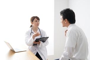 女性医師の診療の写真素材 [FYI04614826]