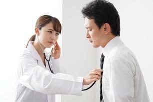女性医師の診療の写真素材 [FYI04614831]