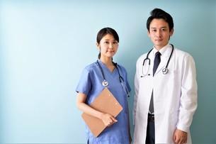 日本人男性、女性医師の写真素材 [FYI04614844]