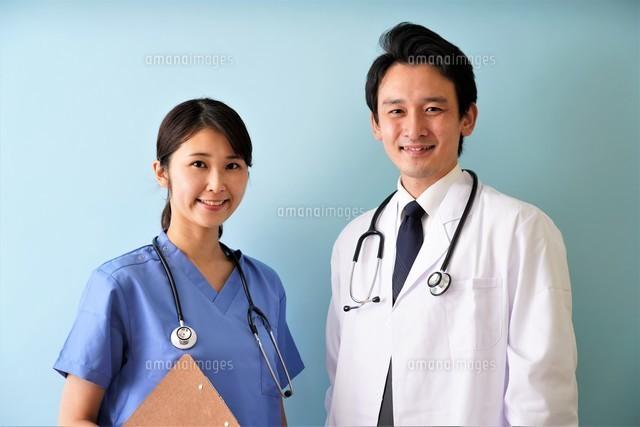 日本人男性、女性医師の写真素材 [FYI04614847]