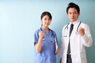 日本人男性、女性医師の写真素材 [FYI04614849]