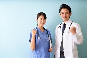 日本人男性、女性医師の写真素材 [FYI04614850]