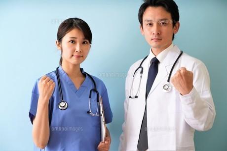 日本人男性、女性医師の写真素材 [FYI04614851]