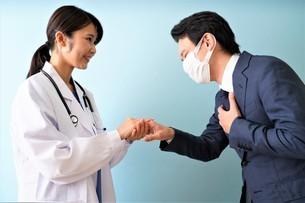 女性医師の診療の写真素材 [FYI04614868]