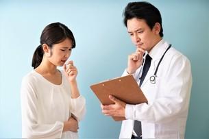男性医師の診療の写真素材 [FYI04614873]