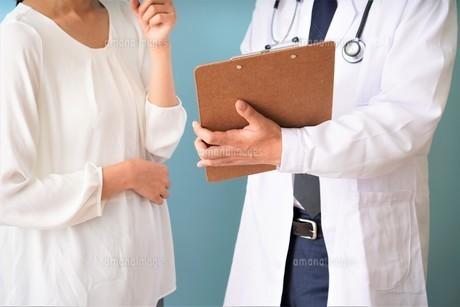 男性医師の診療の写真素材 [FYI04614876]