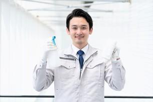 清掃する男性作業者の写真素材 [FYI04614978]