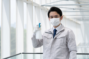 清掃する男性作業者の写真素材 [FYI04614997]