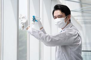 清掃する男性作業者の写真素材 [FYI04614999]