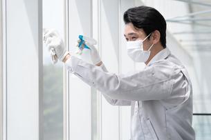 清掃する男性作業者の写真素材 [FYI04615000]