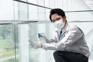 清掃する男性作業者の写真素材 [FYI04615003]