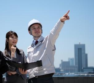 男性作業員とビジネスウーマンの写真素材 [FYI04615019]