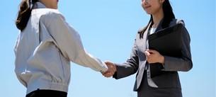 握手する女性作業員とビジネスウーマンの写真素材 [FYI04615056]