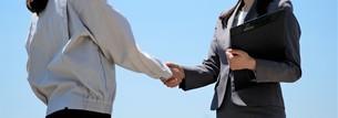 握手する女性作業員とビジネスウーマンの写真素材 [FYI04615057]