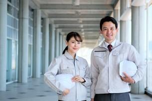 男性と女性の作業員の写真素材 [FYI04615059]