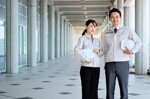 男性と女性の作業員の写真素材 [FYI04615061]