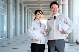 男性と女性の作業員の写真素材 [FYI04615066]