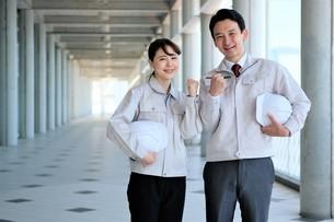 男性と女性の作業員の写真素材 [FYI04615067]