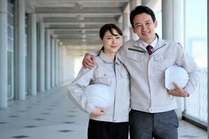 男性と女性の作業員の写真素材 [FYI04615070]