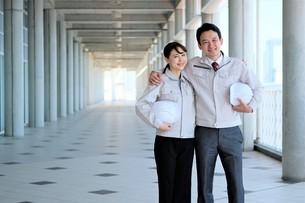 男性と女性の作業員の写真素材 [FYI04615071]
