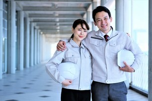 男性と女性の作業員の写真素材 [FYI04615072]