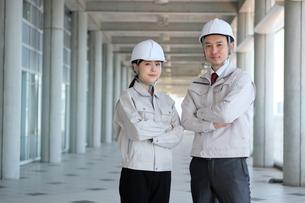 男性と女性の作業員の写真素材 [FYI04615074]