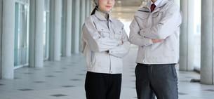男性と女性の作業員の写真素材 [FYI04615075]