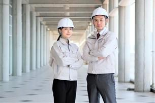 男性と女性の作業員の写真素材 [FYI04615076]