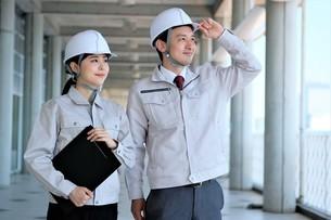 男性と女性の作業員の写真素材 [FYI04615080]