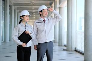 男性と女性の作業員の写真素材 [FYI04615082]