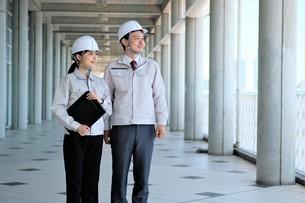 男性と女性の作業員の写真素材 [FYI04615085]