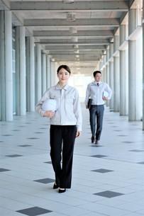 男性と女性の作業員の写真素材 [FYI04615096]