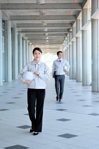 男性と女性の作業員の写真素材 [FYI04615098]