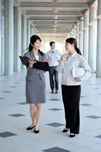 男性と女性の作業員とビジネスウーマンの写真素材 [FYI04615105]