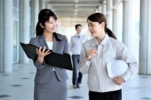 男性と女性の作業員とビジネスウーマンの写真素材 [FYI04615109]