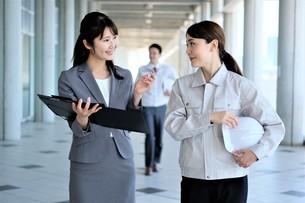 男性と女性の作業員とビジネスウーマンの写真素材 [FYI04615112]
