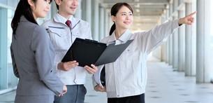 男性と女性の作業員とビジネスウーマンの写真素材 [FYI04615124]