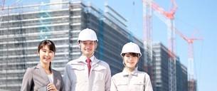 男性と女性の作業員とビジネスウーマンの写真素材 [FYI04615136]