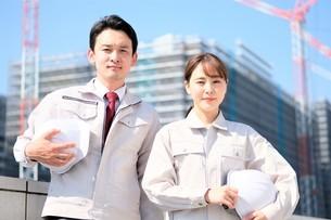 男性と女性の作業員の写真素材 [FYI04615187]
