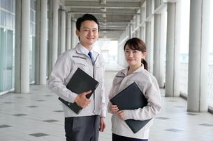 男性と女性の作業員の写真素材 [FYI04615392]