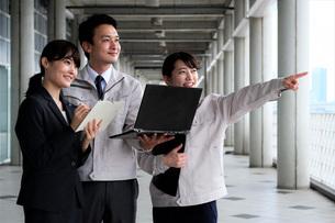 男性と女性の作業員とビジネスウーマンの写真素材 [FYI04615400]